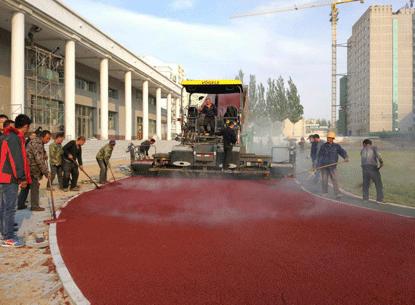 Pavimenta el asfalto de color sobre concreto