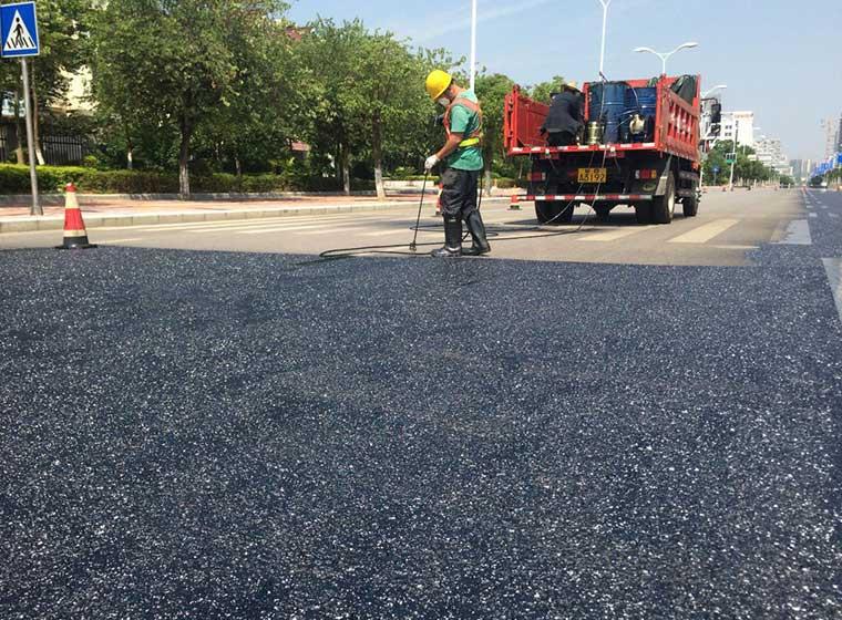 Ir sellador de pavimento de asfalto verde