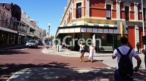 Cielo azul con hermoso camino de color marrón rojizov